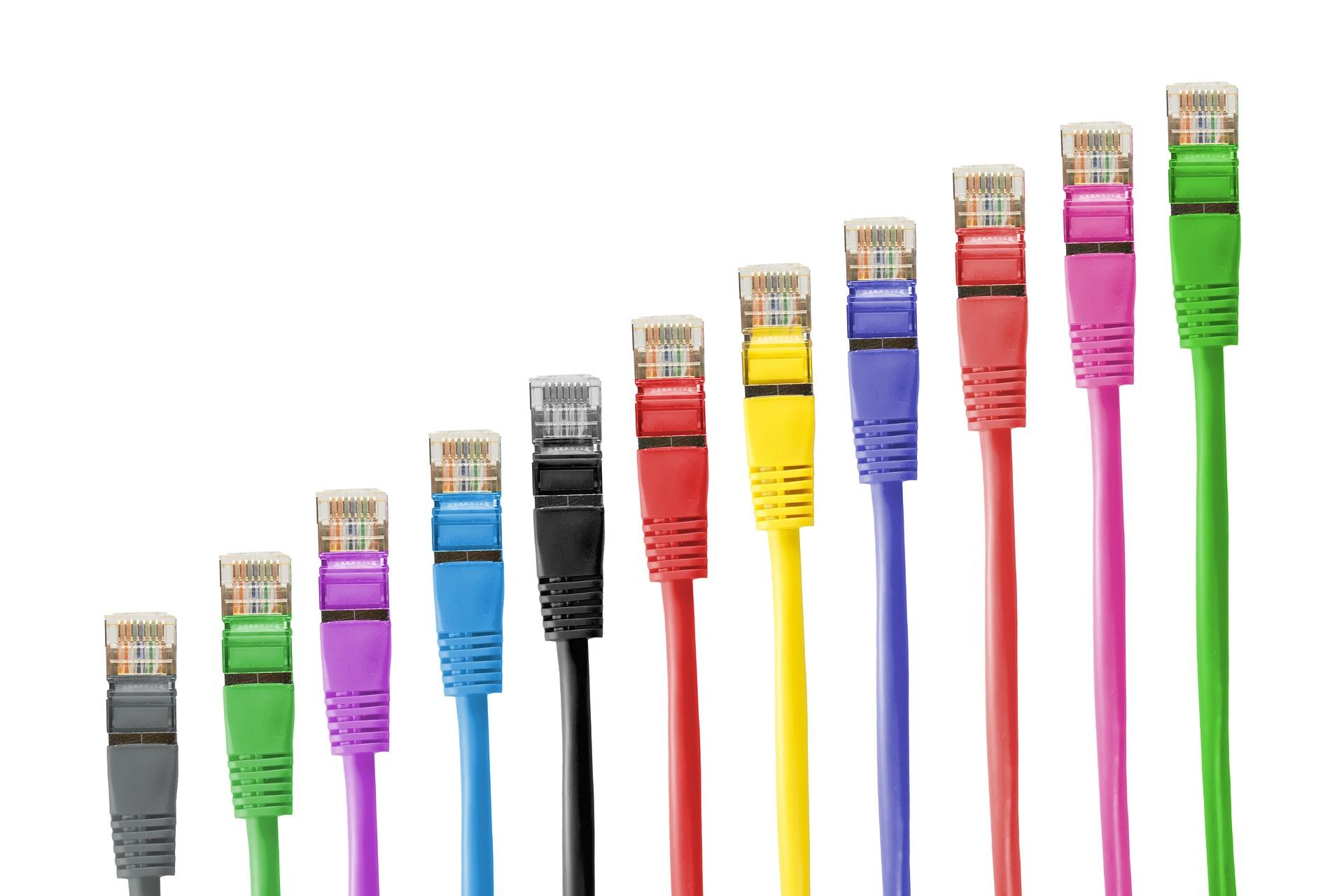 CAT5-nettverkskabler i flere farger